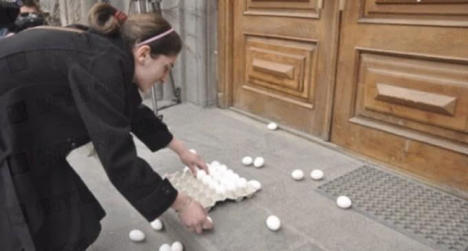 ახალგაზრდებმა კულტურის სამინისტროს შენობასთან კვერცხები დაყარეს
