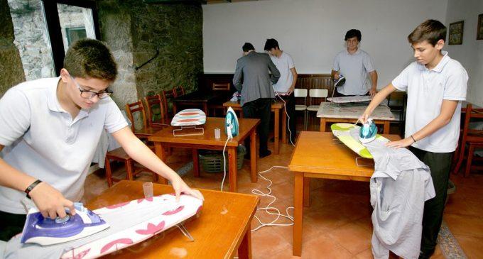 """ესპანეთის ერთ-ერთ სკოლაში ბიჭებს """"სახლის საქმეებს"""" შეასწავლიან"""