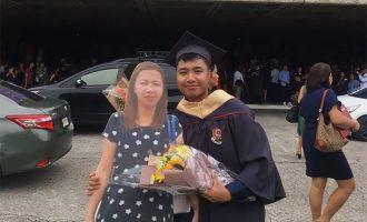 ფილიპინელმა სტუდენტმა გამოსაშვებ ღონისძიებაზე დედის მუყაოს ფიგურა მიიტანა